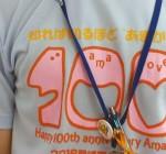 市民課の窓口で100周年記念Tシャツを着用