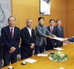 尼崎市議会「緑のかけはし」から稲村和美市長に、尼崎市予算に対する要望書を提出